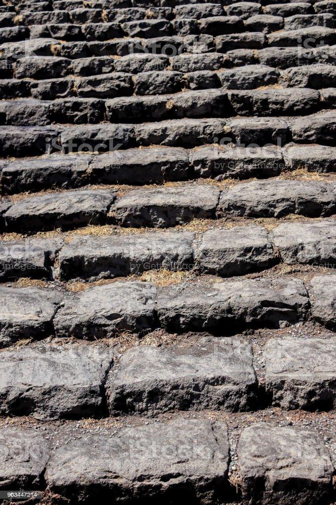 Agrandi de vieux black Stone l'escalier dans le fond - Photo de Antique libre de droits