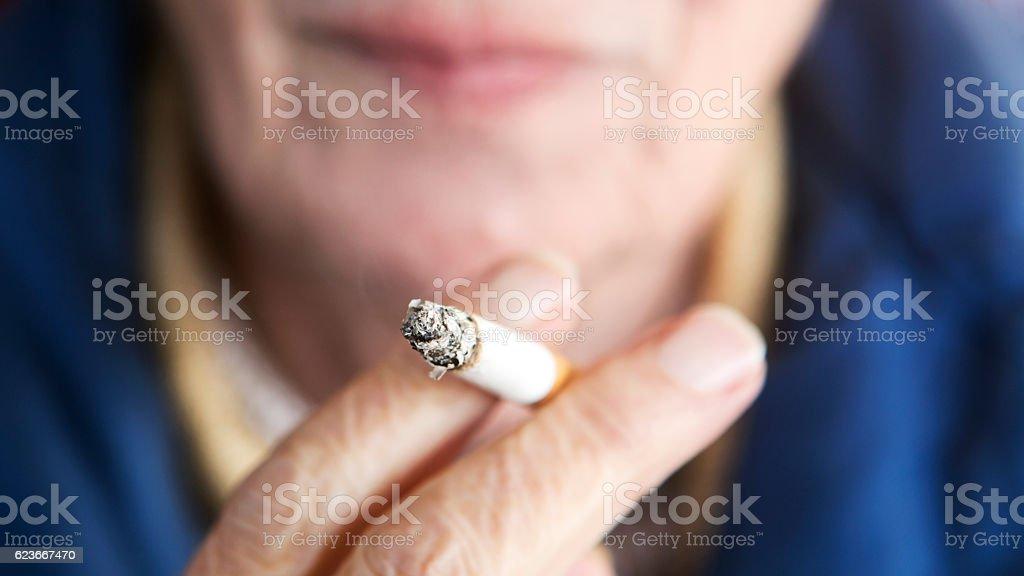 closeup of older woman holding a cigarette – Foto