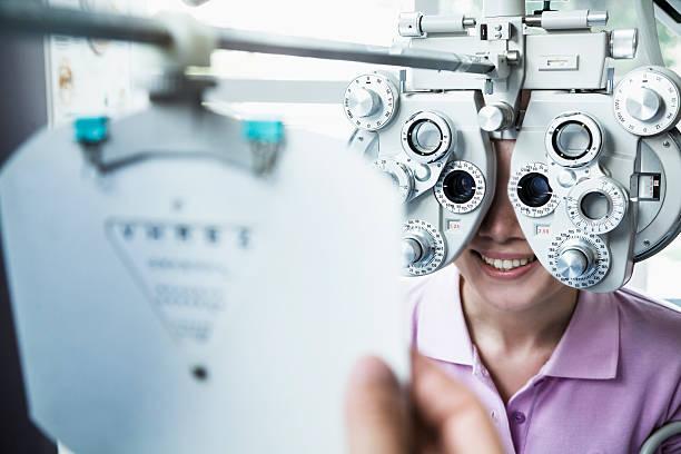 Nahaufnahme von Augenoptiker da ein Augenuntersuchungen auf junge Frau – Foto