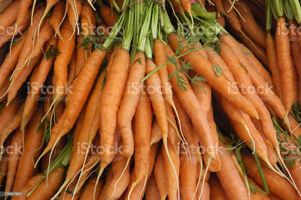 Primer plano de zanahorias orgánicos en Farmer's Market - foto de stock