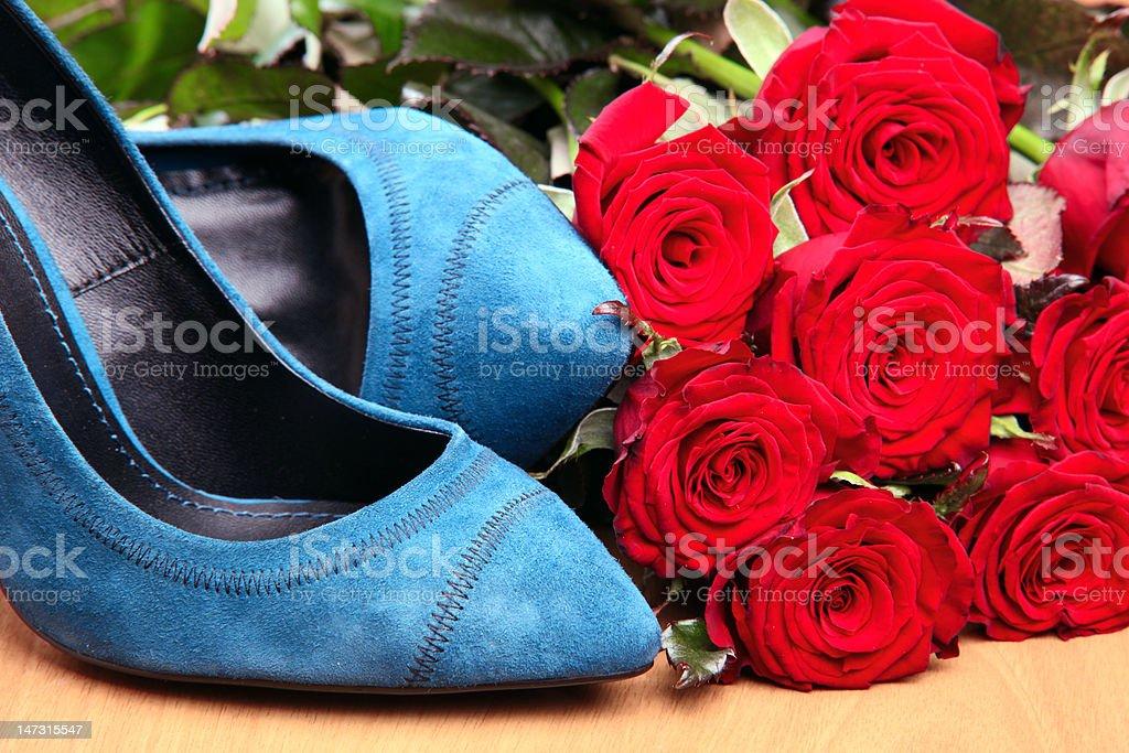 Nahaufnahme Des Weiblichen Schuhe Paar Blaue Und Rote Rosen