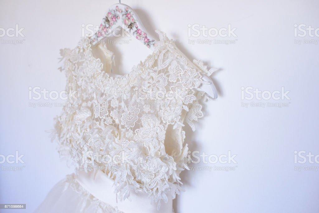 Close-up de novia bordado blanco nacarado vestido con cinturón de Satén y Tul - foto de stock