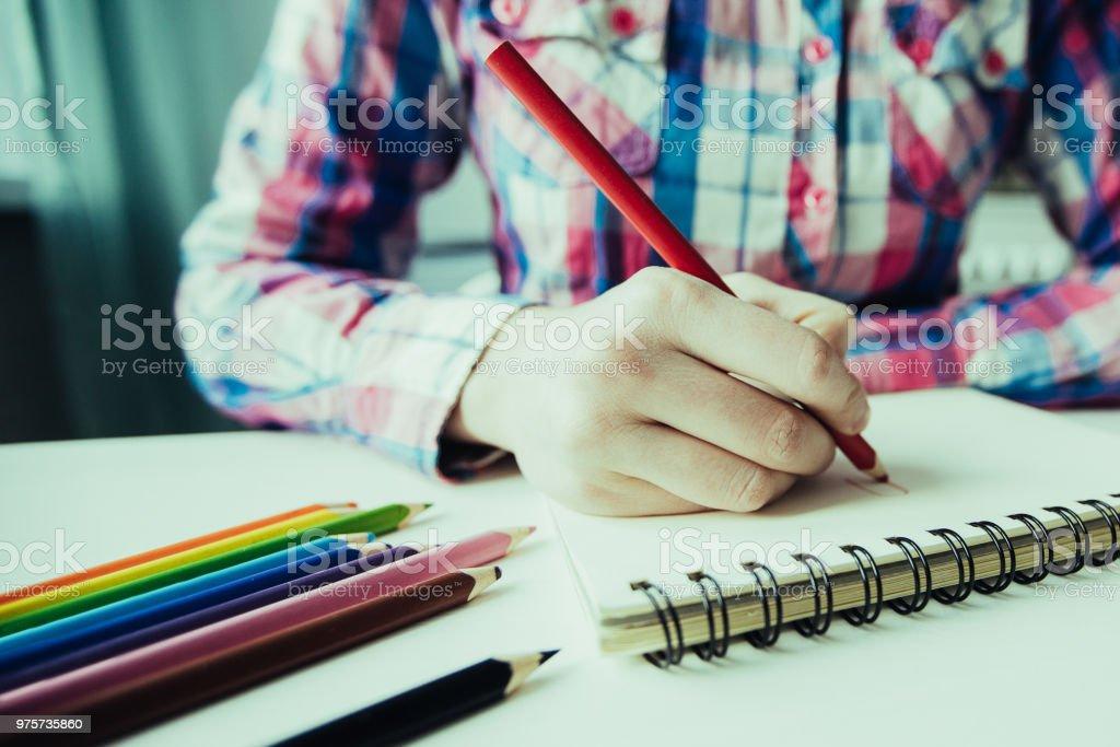 Nahaufnahme der Person zeichnen mit Buntstiften - Lizenzfrei Arbeiten Stock-Foto