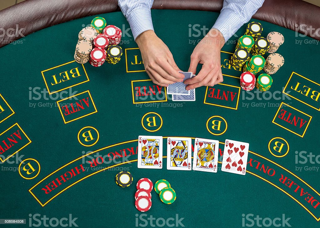 Primo piano di Giocatore di Poker con carte da gioco e patatine - foto stock