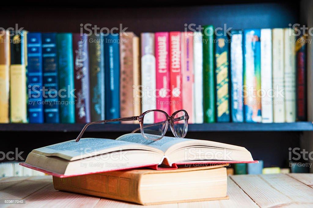Nahaufnahme einer Lesung Brillen auf der Buchung. – Foto