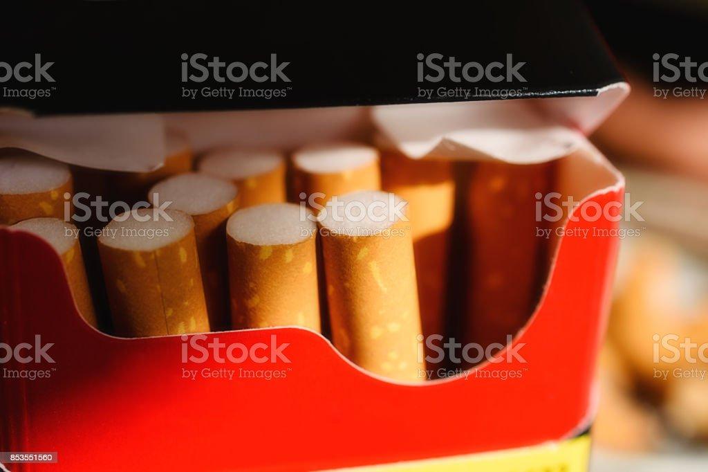 Primer Plano Del Paquete Del Cigarrillo Rojo Y Negro Con Varios ...
