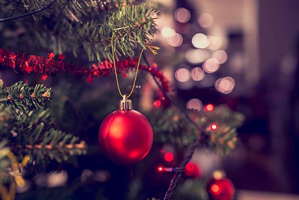 Detalhe de bauble vermelho, pendurado em árvore de Natal - foto de acervo