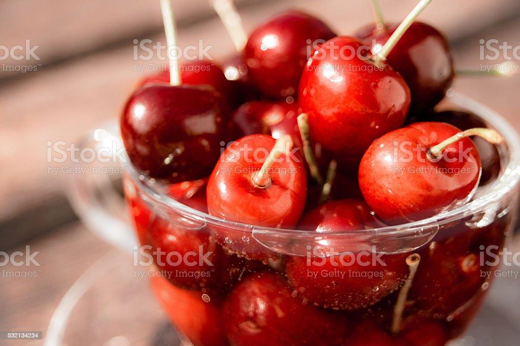 Nahaufnahme der rote Kirschen in Glas Teetasse – Foto