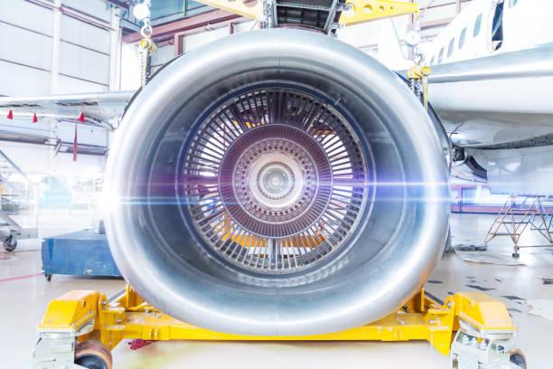 Nahaufnahme der Reparatur von Passagierflugzeugmotor im Hangar – Foto