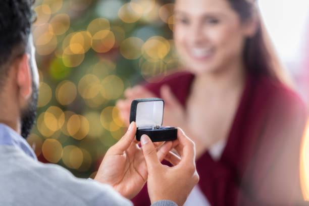 nahaufnahme des ring-box als junger mann schlägt vor, freundin - hochzeitsbox stock-fotos und bilder