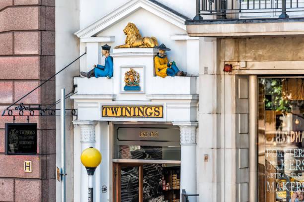 nahaufnahme des königlichen twinings tee shop außenaufnahme von zeichen mit niemand innenstadt innenstadt mit alten architektur - teeladen stock-fotos und bilder