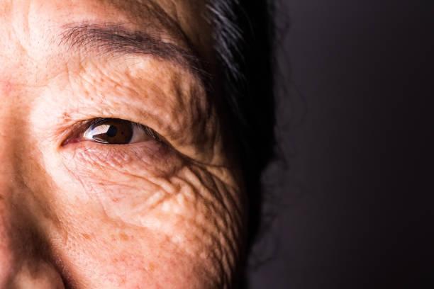 Nahaufnahme des Auge der älteren Frau – Foto