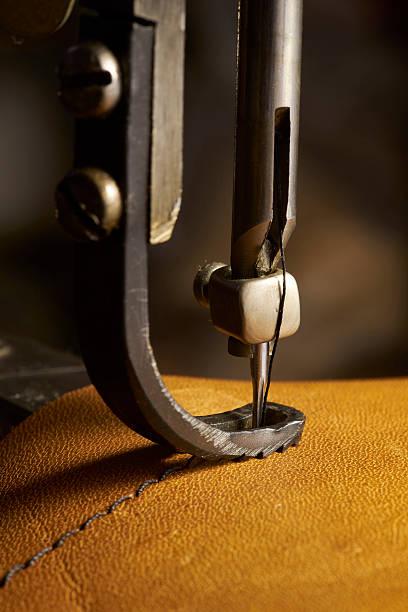 primo piano di una macchina per cucire in parte in pelle - tailor working foto e immagini stock