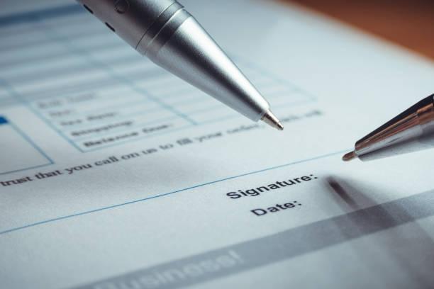 nahaufnahme von silberstift unterzeichnen die vertragsvereinbarung papiere. rechtliche vertragsunterzeichnung. - kündigung arbeitsvertrag stock-fotos und bilder