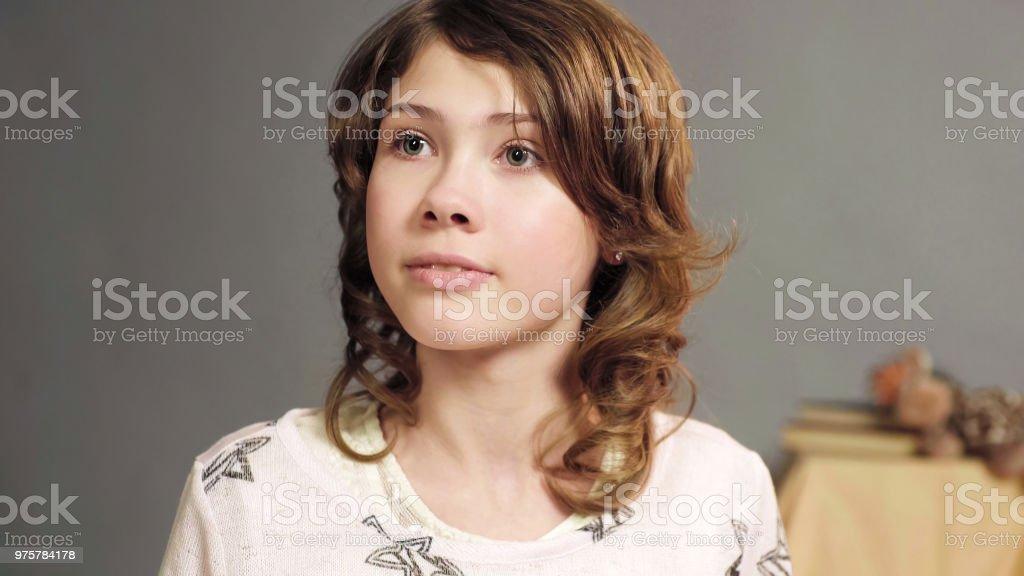 Nahaufnahme der aufrichtige Kind aus den Augen, Mädchen aufmerksam anhören Mama, kindliche Vertrauen - Lizenzfrei Auge Stock-Foto