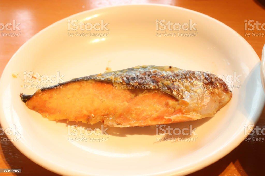 Beyaz yemek tuz ile closeup tek ızgara somon - Royalty-free Akşam yemeği Stok görsel