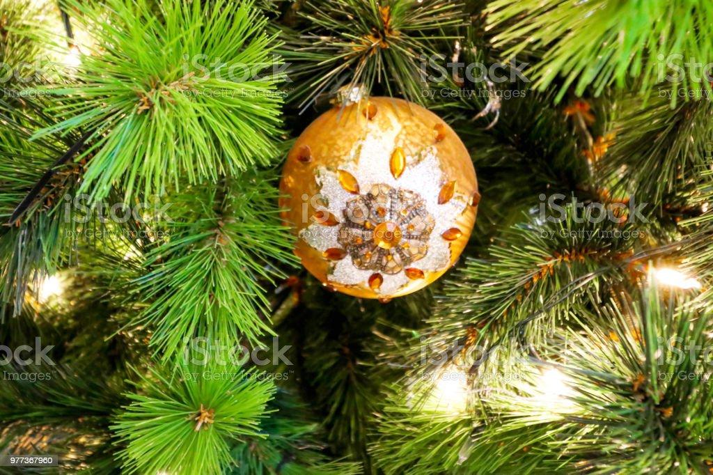 Nahaufnahme Des Einzigen Orange Runde Christbaumschmuck Stock