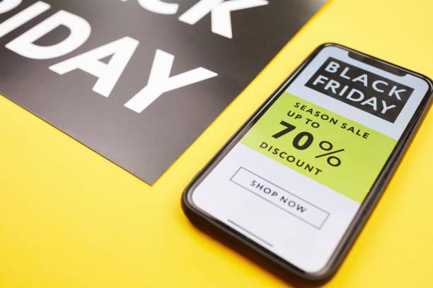 Nahaufnahme des Smartphone-Bildschirms mit Saison-Verkaufsrabatt attraktiv, jetzt zu kaufen, Black Friday Konzept – Foto