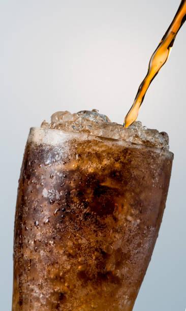 유리에 얼음 조각 복사 공간 흰색 배경에 고립으로 쏟아져 청량 음료의의 근접 촬영 한 방울의 투명 한 유리 표면에 물이 있다. - 얼음 조각 뉴스 사진 이미지