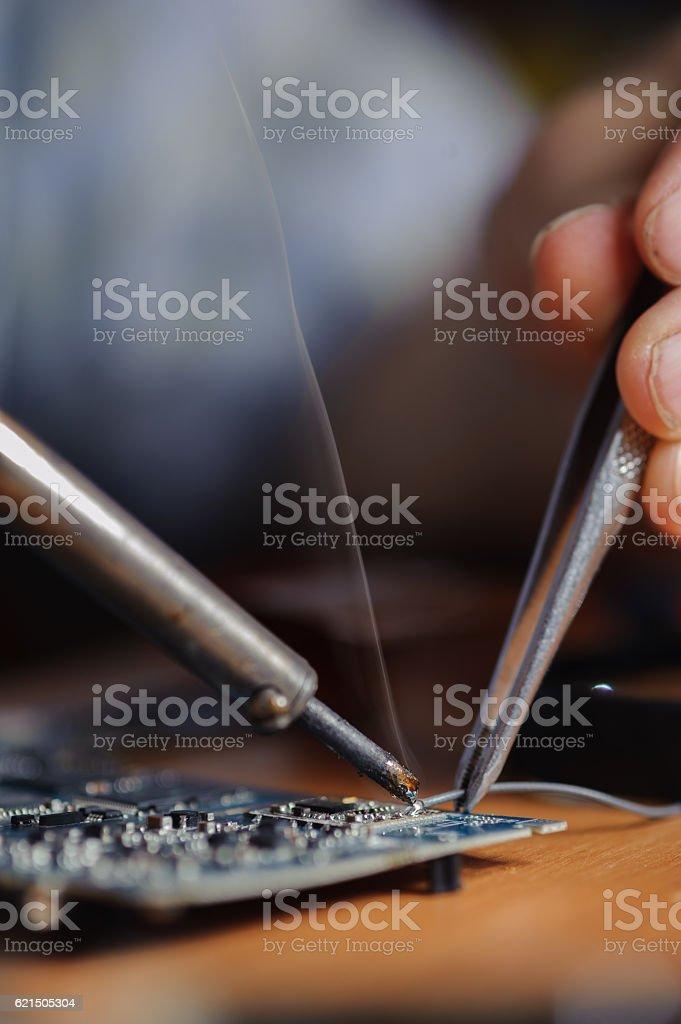 Closeup of soldering iron tool and tweezers photo libre de droits