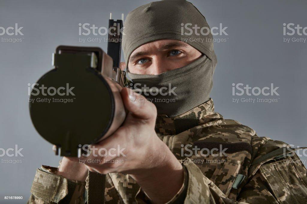 Primer plano del soldado apuntando con una pistola de Granada aislada - foto de stock