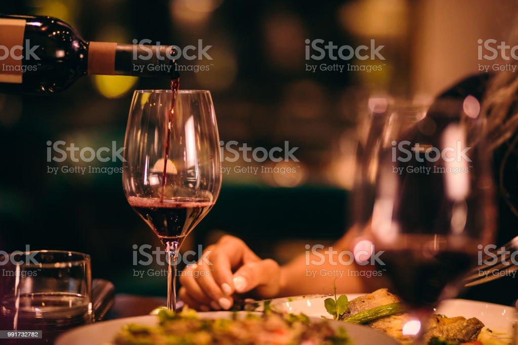 Gros plan du sommelier qui dessert vin rouge au restaurant gastronomique - Photo de Adulte libre de droits