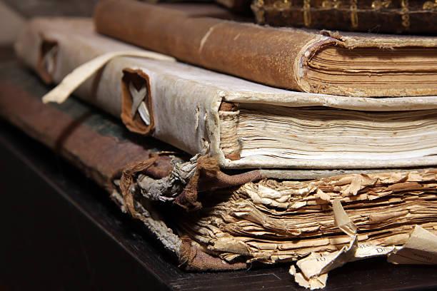 Nahaufnahme der alten Büchern in Holzschicht-Optik – Foto