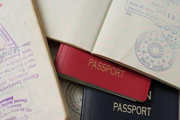 Apilar los pasaportes - foto de stock