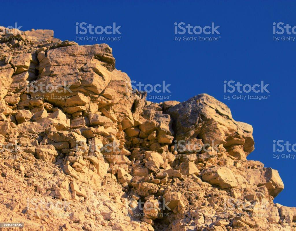 Primer plano de roca de piedra con azul cielo - foto de stock