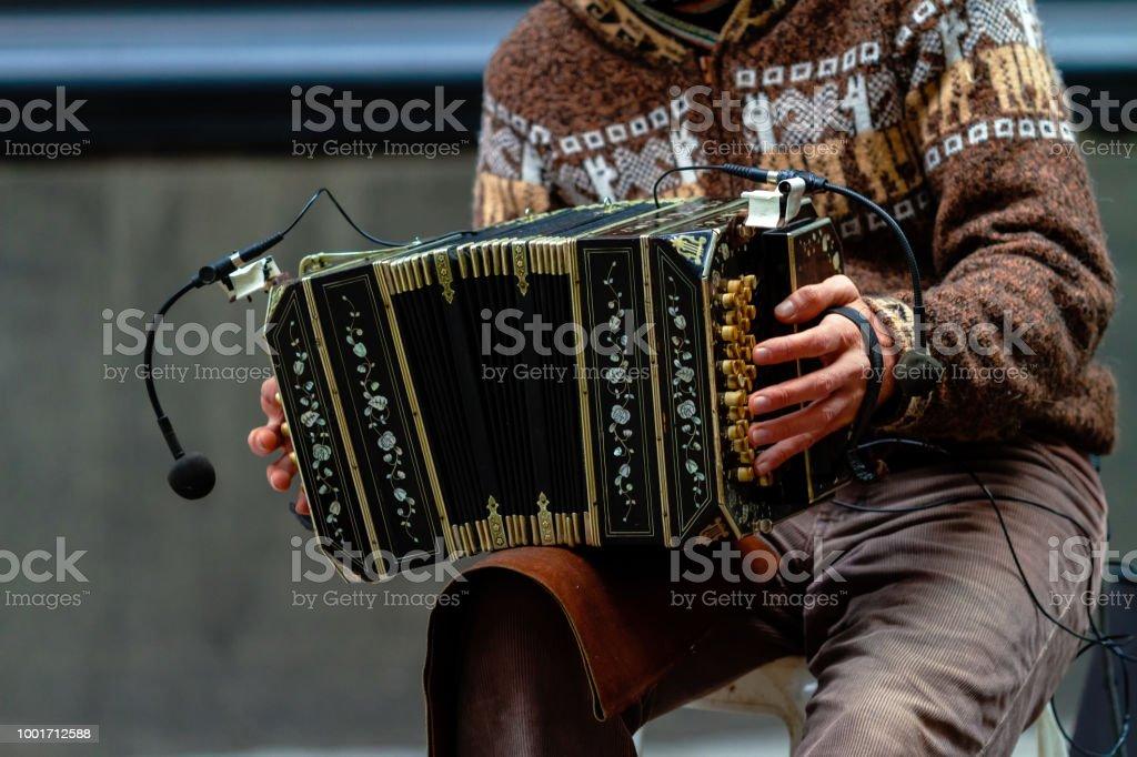 Primer plano del bandoneonista calle tocando tango - foto de stock
