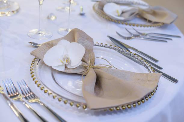 tischdekoration für ein feines essen in einem restaurant oder einer offiziellen veranstaltung, eine hochzeit oder ein bankett in nahaufnahme - tischdeko goldene hochzeit stock-fotos und bilder