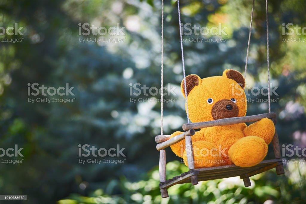 Nahaufnahme von Teddy Bär auf Schaukel – Foto