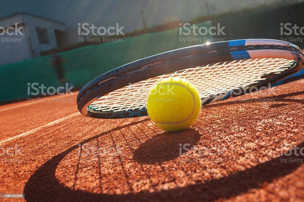 1fb1c3b9ca Foto de Closeup De Uma Bola De Tênis E Raquete Na Quadra De Saibro e ...