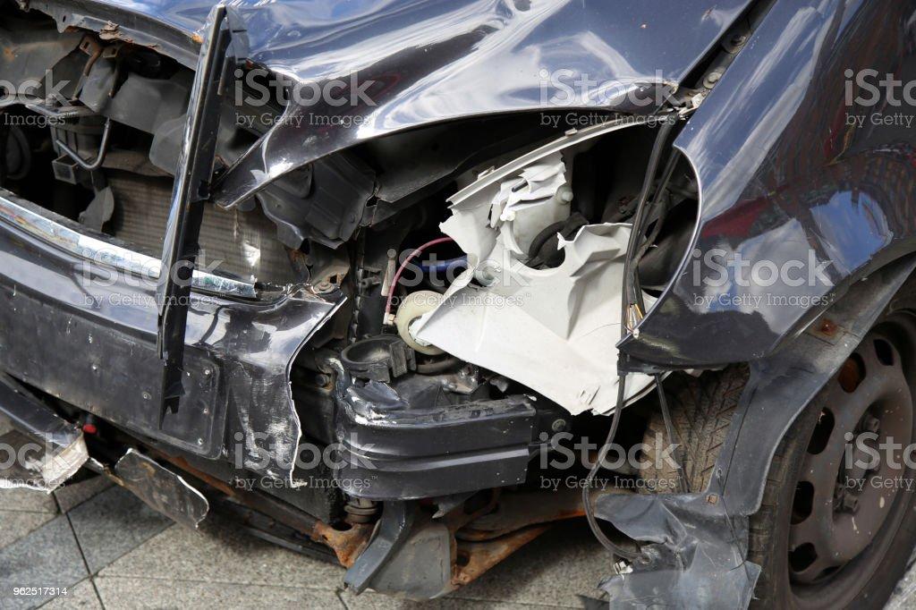 Close-up do carro caiu depois do acidente na rua - Foto de stock de Acidente de Carro royalty-free