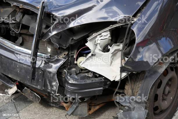 Foto de Closeup Do Carro Caiu Depois Do Acidente Na Rua e mais fotos de stock de Acidente de Carro