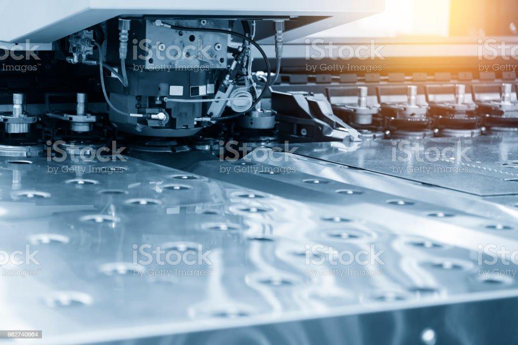 Close-up do CNC máquina na cena luz azul de perfuração. - Foto de stock de Automatizado royalty-free