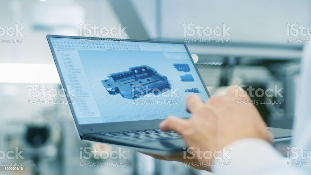 Nahaufnahme des Ingenieurs Bildschirm Laptop mit CAD-Komponentenmodell festhalten. In den Hintergrund moderne Betriebsausstattung. - Lizenzfrei Arbeiten Stock-Foto
