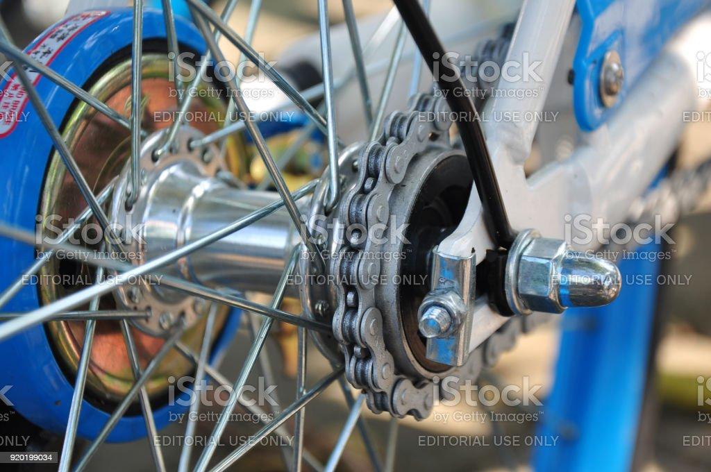 Gros plan de la chaîne du vélo partagé. - Photo