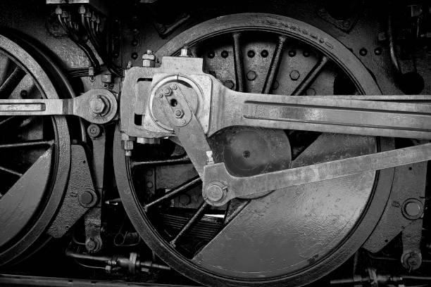 nahaufnahme der radmechanik einer alten dampflokomotive-monochrome - lokomotive stock-fotos und bilder