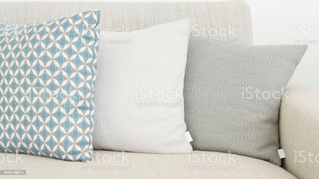 Primer plano de tres cojines de diferentes tamaños en colores suaves y pastel - foto de stock