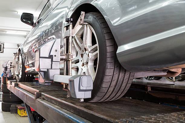 gros plan de pneu de combattre avec dispositif d'alignement en auto parallélisme de roue - convexe photos et images de collection