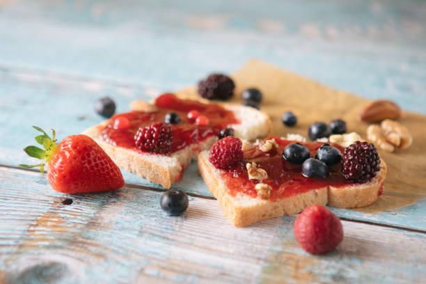 Gros plan sur toast avec confiture de fraises maison sur table - Stock image... - Photo