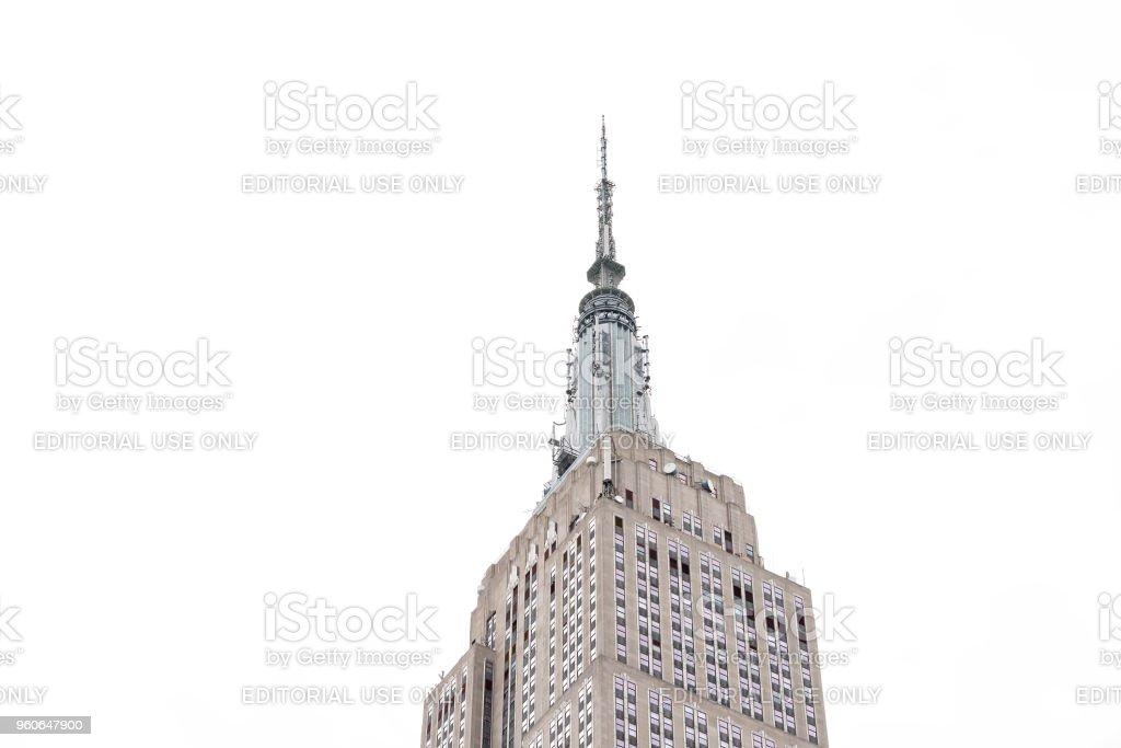 Close-up do topo do edifício empire state isolado contra céu nublado branco durante o dia no terraço icônico edifício famoso em NYC Herald Square Midtown, torre de rádio de altura elevada - foto de acervo