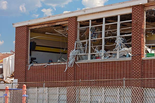 Nahaufnahme von Tornado beschädigt Elementary School – Foto
