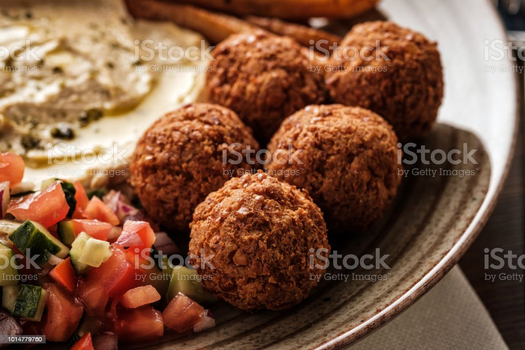 Close-up of Traditional falafel balls with salad and hummus on a plate стоковое фото