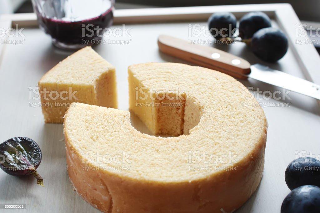 Nahaufnahme des traditionellen japanischen geschichteten chiffon Kuchen mit Loch in der Mitte. Soft-Fokus. – Foto