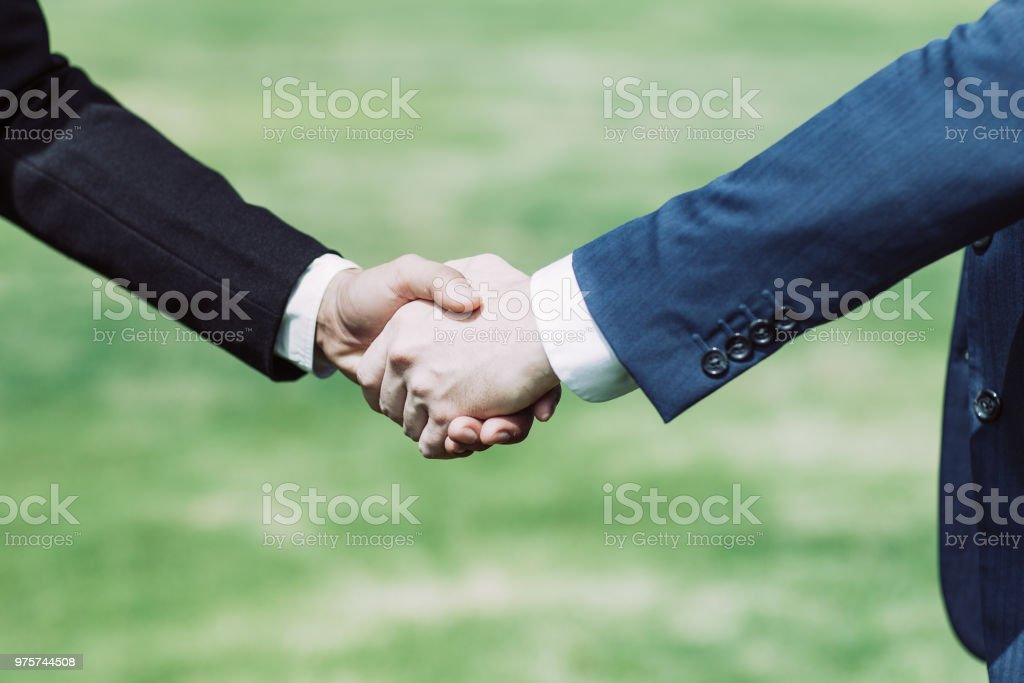 Nahaufnahme von zwei Geschäftsleute Händeschütteln - Lizenzfrei Abmachung Stock-Foto
