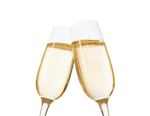 nahaufnahme der zwei gläser champagner klirren zusammen.  isoliert auf weißem hintergrund. in der nähe von glas im mittelpunkt. - sektglas stock-fotos und bilder