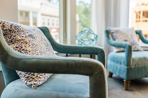 Foto de Closeup De Duas Cadeiras De Sofá Azul Moderno Novo Por Janelas Com Luz Natural E Almofadas e mais fotos de stock de Aconchegante
