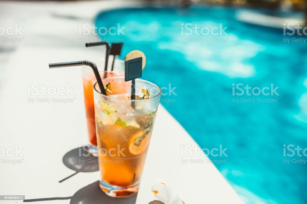close-up of two refreshing long drinks, alcoholic cocktails served cold​​​ foto